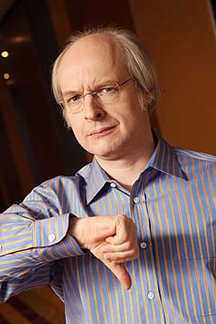 Photograph of jakob Nielsen giving a thumbs-down